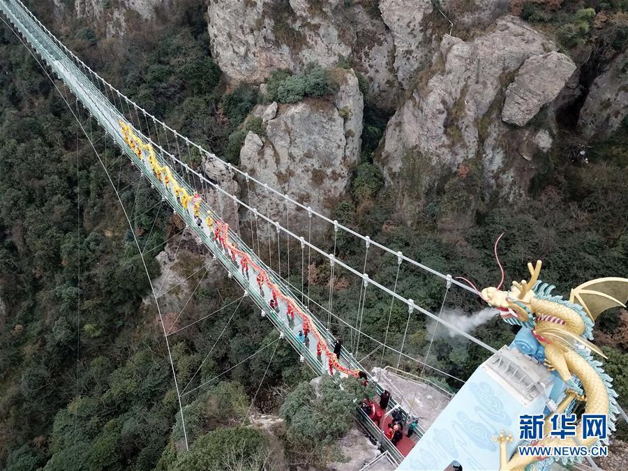 (社会)(3)安徽:马仁奇峰景区玻璃桥投入使用