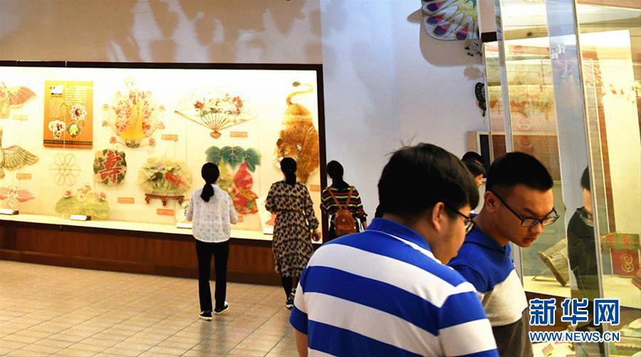 (新华网)(1)山东潍坊:风筝博物馆引游人