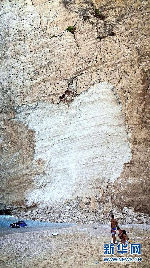 (国际)(1)希腊悬崖落石引发巨浪致三条游船倾覆
