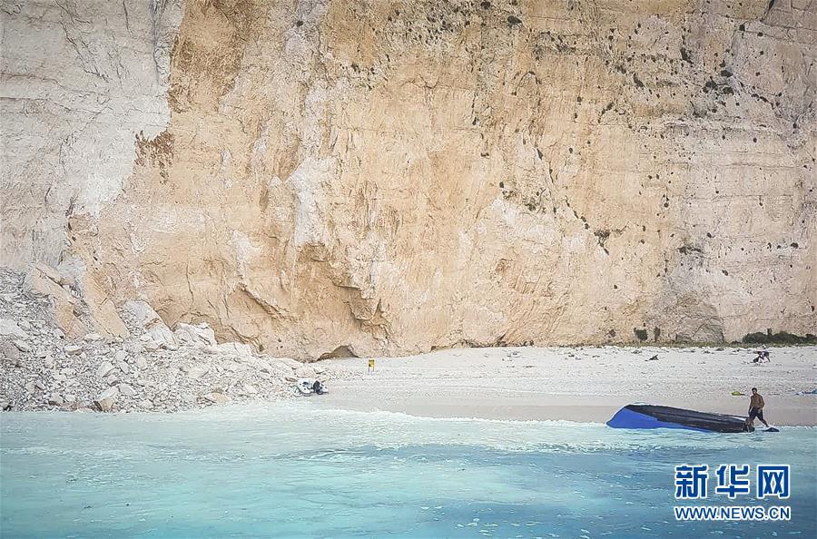 (国际)(2)希腊悬崖落石引发巨浪致三条游船倾覆