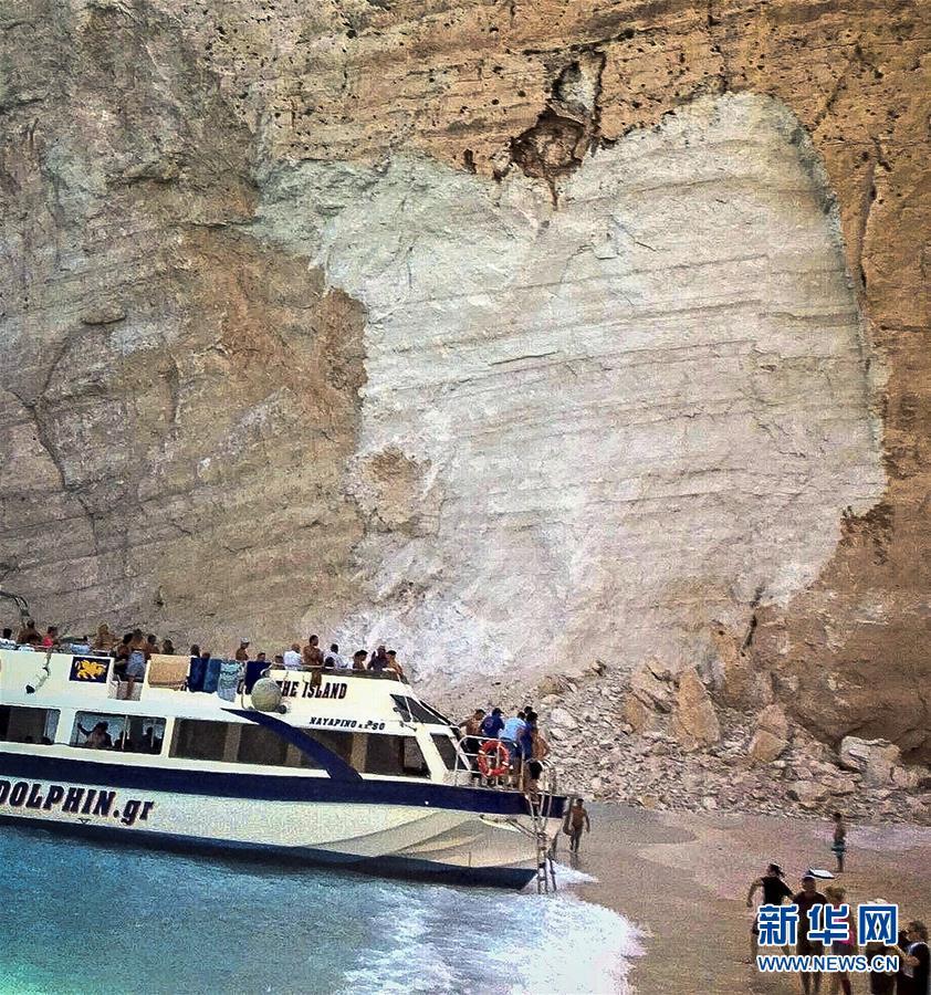 (国际)(3)希腊悬崖落石引发巨浪致三条游船倾覆