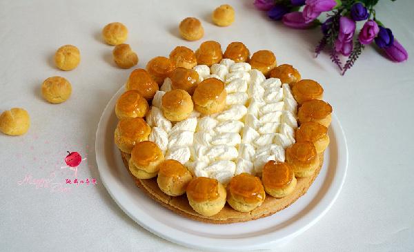 奶油泡芙甜酥饼的做法 这道甜点是1846年,糕点师史布斯特发明的。泡芙与打发的奶油搭配,再与甜酥饼搭配,给人无限精致感觉。 标签: 奶香 烤 数小时 高级 烘焙 主料 甜酥面团用低筋面粉 (150克) 黄油 (50克) 鸡蛋黄 (2个) 糖粉 (70克) 清水 (40克) 泡芙面糊用料 ((如下)) 水 (125克) 细砂糖 (3克) 低筋面粉 (75克) 鸡蛋 (2个) 盐 (2克) 调料 发泡奶油用料 ((如下)) 鲜奶油 (300克) 细砂糖 (150克) 焦糖用料 ((如下)) 清水 (100