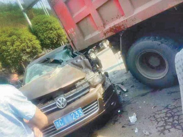 达钢东大门越野车与货车碰撞 驾驶员受伤