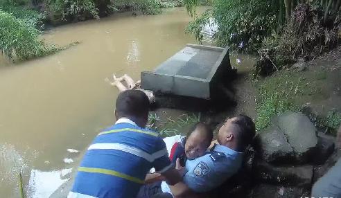 少年野泳溺亡父亲欲投河自尽 派出所民警眼疾手快将其抱住