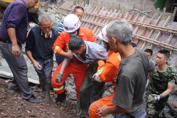 惊险!达州三里坪一工人右脚陷进混凝土