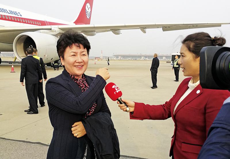 十九大代表、达州市委书记包惠随四川代表团一起乘机抵达北京