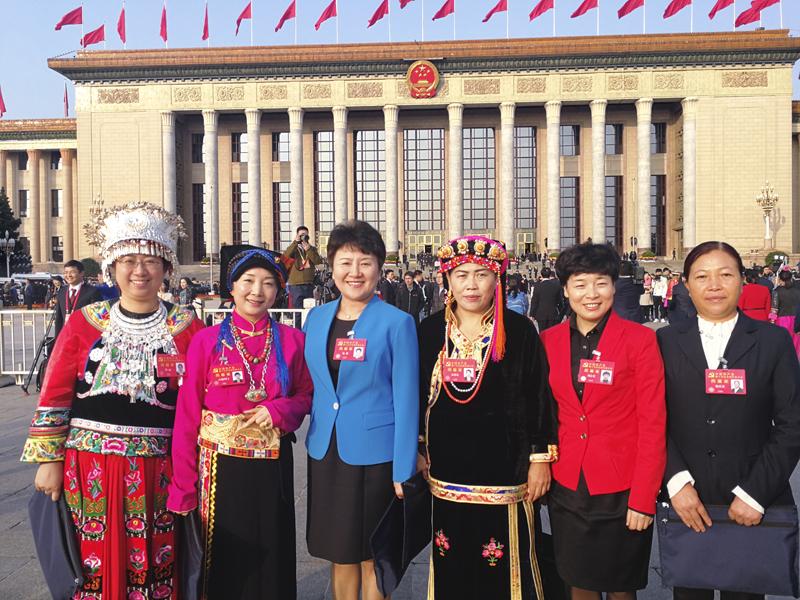 党的十九大胜利闭幕,包惠与少数民族代表合影