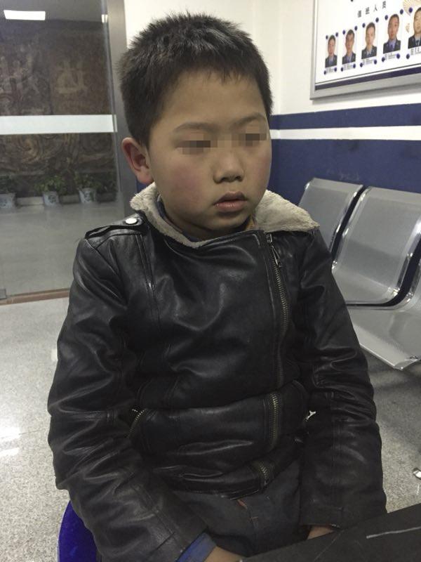 """民警帮忙让重庆来的 """"熊孩子""""找到外婆家"""