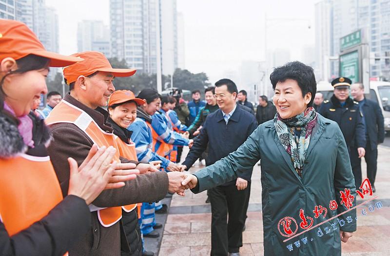 包惠节前看望慰问一线干部职工