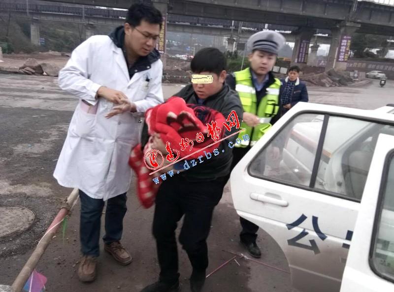 """2岁小孩被撞昏迷 警车为救护小孩开辟""""生命通道"""""""