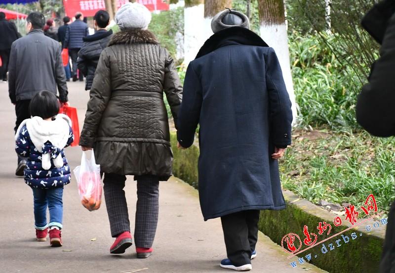 【2018达州元九登高】耄耋夫妻牵手登高 一步一步情洒凤凰