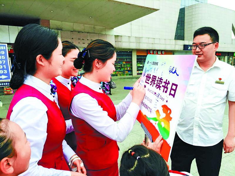 通川区一小师生走上街头开展读书公益宣传活动