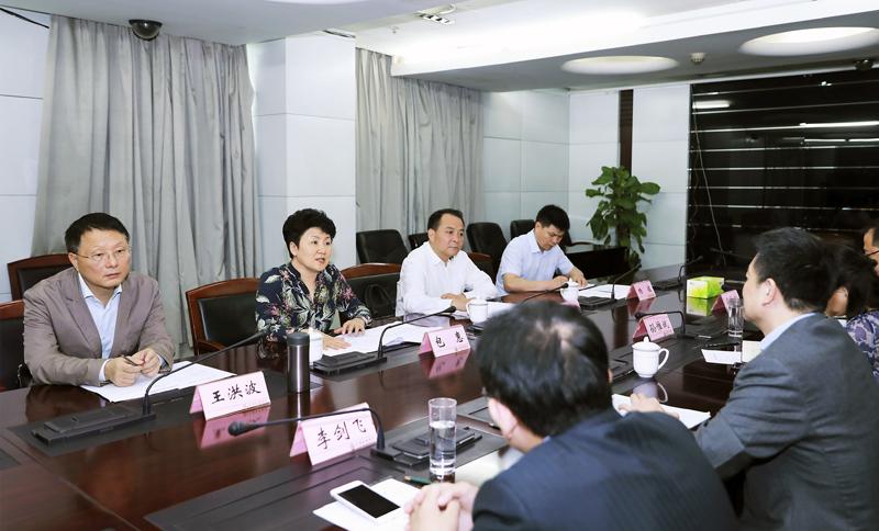 包惠会见成都农商银行董事长陈萍