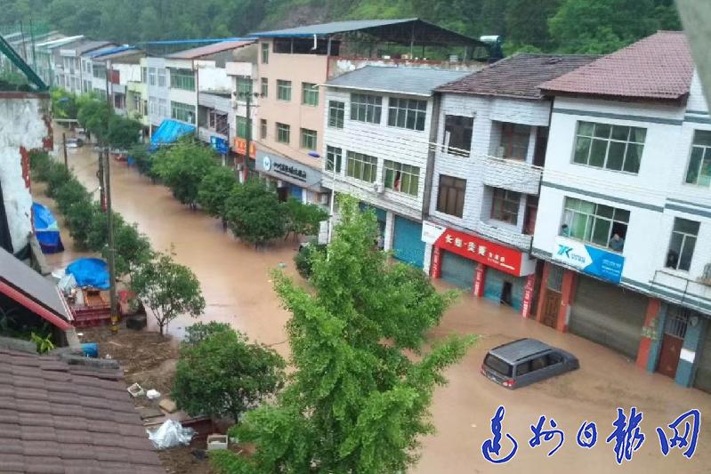 暴雨来袭 达州旱情缓解 万源永宁场镇洪水齐腰