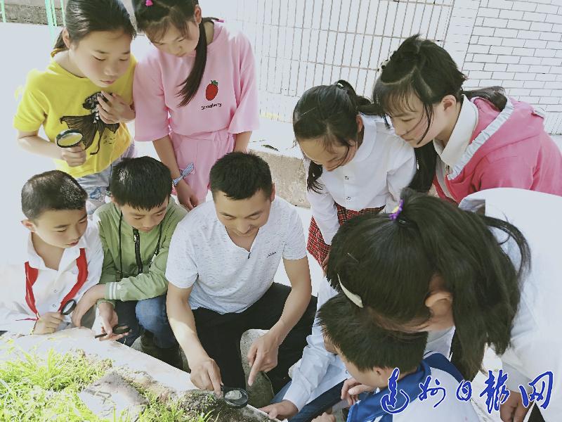 """赵明瑞:教学生扣好人生""""第一粒纽扣"""""""