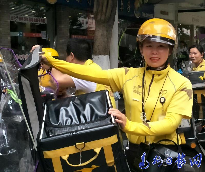 达城首位外卖女骑手 : 穿巷爬楼健步如飞