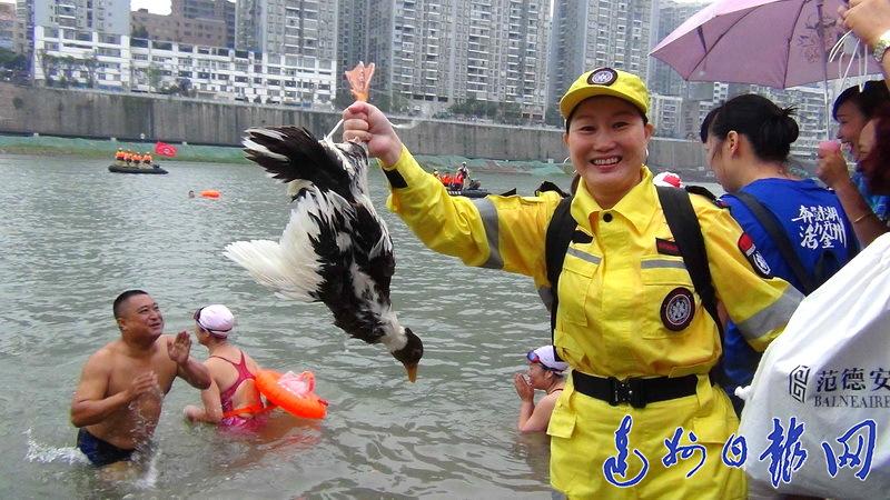 好刺激!端午前夕无数市民冒雨观看抢鸭子,现场十分壮观