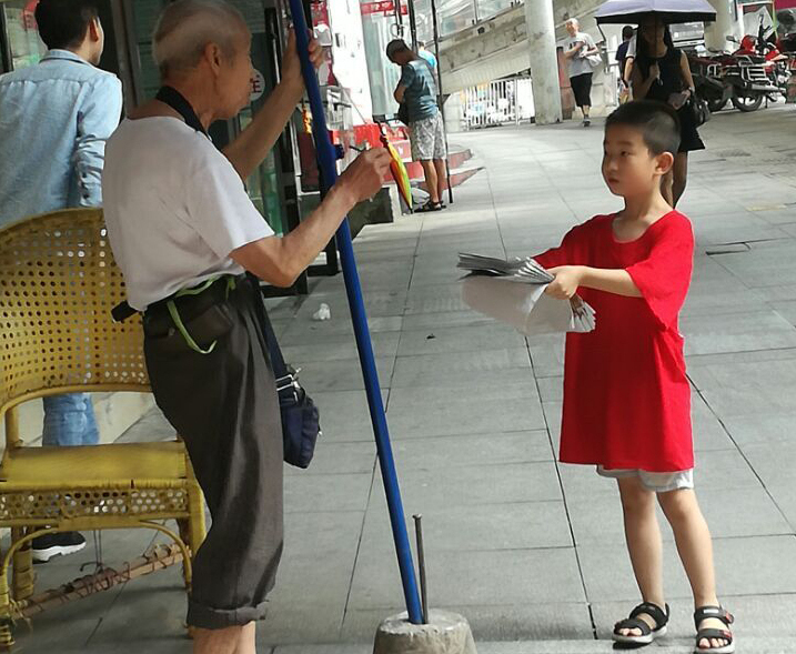 走街串巷卖报 脸上汗珠见证达州小报童的成长