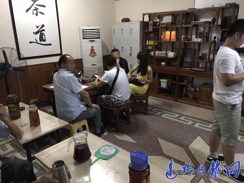 """多人聚集达城凤凰头卖""""黑茶"""""""